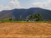 Contraste cultivado abandono de la área de tierra con área de la abundancia en fondo Fotos de archivo libres de regalías