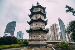 Contraste de edificios modernos y de la pagoda histórica en la ciudad fotografía de archivo libre de regalías