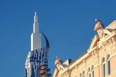 Contraste de edificios viejos y nuevos foto de archivo