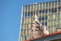 Contraste de edificios viejos y nuevos imágenes de archivo libres de regalías