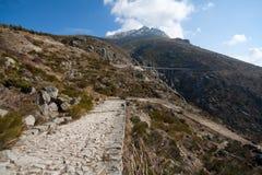 Contraste de la civilización: un camino romano y una carretera Foto de archivo
