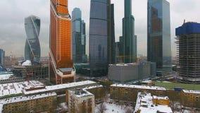 Contraste de la pobreza con riqueza Casas viejas con el rascacielos en fondo metrajes