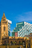 Contraste del edificio moderno y viejo en Liverpool imagenes de archivo
