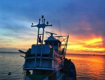Contraste do céu e do mar entre o barco na noite imagens de stock royalty free