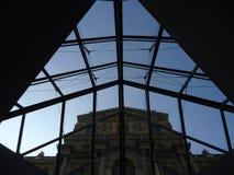 Contraste do tempo no Louvre imagem de stock royalty free