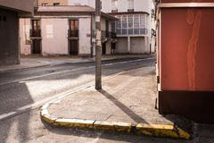 Contraste doux des lumi?res et des ombres dans une rue crois?e, dans une ville tranquille Pendant les premi?res heures du matin,  photo libre de droits