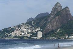 Contraste entre la richesse et la pauvreté : Plage et favela d'Ipanema, images libres de droits