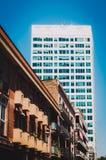 Contraste entre las casas viejas y los edificios recientes en las calles de Barcelona, España foto de archivo libre de regalías