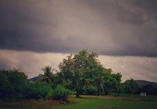 Contraste entre las nubes oscuras y brillantes en el cielo imagen de archivo
