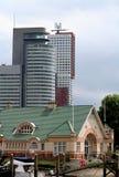 Contraste entre los edificios viejos y nuevos Foto de archivo