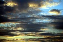 Contraste expressif des nuages dans le ciel photographie stock