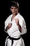 Contraste joven del combatiente masculino del karate alto fotos de archivo libres de regalías