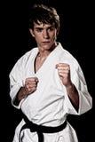 Contraste joven del combatiente masculino del karate alto en negro fotos de archivo