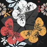 Contraste o teste padrão com as silhuetas da borboleta em flores da flor Fotos de Stock