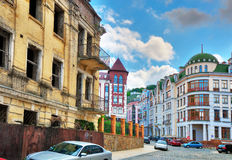 Contraste social de la vivienda urbana Imagen de archivo libre de regalías