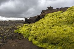 Contraste stupéfiant de la mousse verte et des formations brunes de grès le long de la route de Kerlingardalur par l'intermédiair photos stock