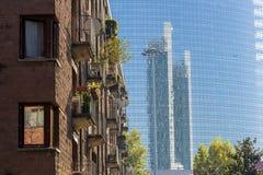 Contrasten en reflexen in Milaan Stock Foto