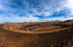 Contrasten van de Sneeuw van het Terrein van de berg de Zwarte Bruine Stock Foto's