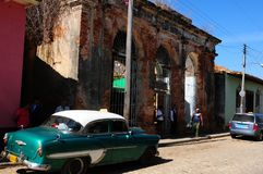 Contrastes colorés dans la Trinidad-ville avec les bâtiments et les voitures coloniaux putréfiés d'oldtimer photographie stock libre de droits