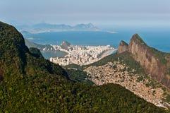 Contrastes de Rio de Janeiro Urban y de la naturaleza Foto de archivo