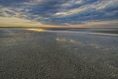 Contrastes del norte de la marea baja de la playa en arena Fotos de archivo libres de regalías