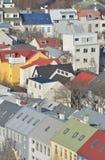 Contrastes dramáticos en color de la casa en Reykjavik Imagenes de archivo