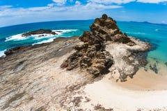 Contrastes rocosos del detalle de la textura de la línea de la playa Imágenes de archivo libres de regalías