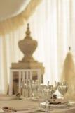 Contrastmening van wijnglazen op huwelijkslijst Stock Fotografie