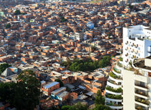 Contrasto di ricchezza e povertà a São Paulo fotografie stock libere da diritti