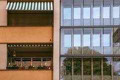 Contrasto fra le vecchie e nuove costruzioni di stile a Ginevra, Svizzera fotografia stock