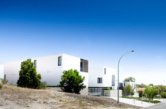 Contrasto geometrico delle unità moderne con il cielo Fotografie Stock