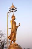 Contrasto spettrale dorato di Buddha con il cielo e le nuvole immagine stock libera da diritti