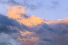 Contrasty bunte Sturmwolken im Himmel lizenzfreie stockfotos
