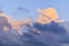 Contrasty bunte Sturmwolken im Himmel lizenzfreie stockfotografie