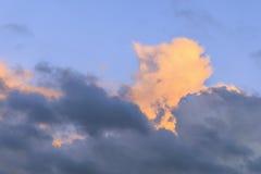 Contrasty bunte Sturmwolken im Himmel stockbild