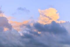 Contrasty bunte Sturmwolken im Himmel stockfotografie