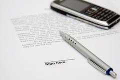 Contrat à signer et cellule Image stock