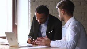 Contrat caucasien d'affaires de signe de directeur de poignée de main africaine heureuse de client banque de vidéos