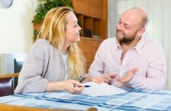 Contrat d'assurance de lecture de couples Image stock