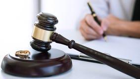 Contrat de la dissolution de divorce ou de l'annulation du mariage, mari pendant le processus de divorce et signature du contrat  image libre de droits