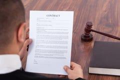 Contrat de lecture de juge dans la salle d'audience Images stock