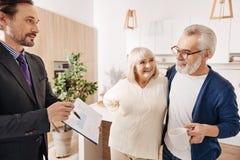 Contrat de offre d'avocat avec plaisir aux couples âgés des clients images libres de droits