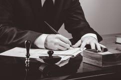 Contrat de signature Avocat ou notar sur son lieu de travail Images stock