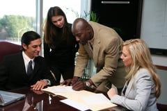 Contrat de signature d'équipe d'affaires Images stock