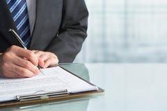 Contrat de signature d'homme d'affaires image stock