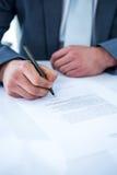Contrat de signature d'homme d'affaires images stock