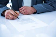 Contrat de signature d'homme d'affaires photos libres de droits
