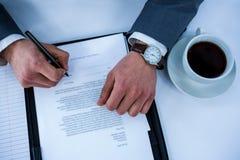 Contrat de signature d'homme d'affaires photo stock