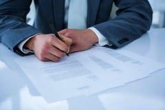 Contrat de signature d'homme d'affaires image libre de droits