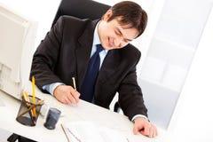 Contrat de signature d'homme d'affaires réussi dans le bureau Photographie stock